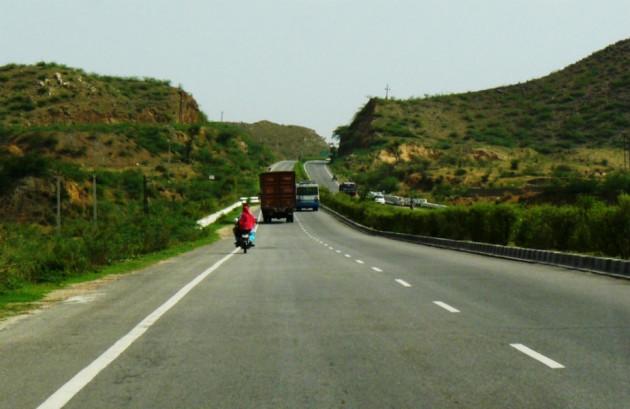 دہلی -جےپور ہائی وے : اس راستے سے ہو کر گزرنے والے لوگوں نے بتایا کہ جب وہ بھانگڑھ قلعہ کے پاس سے گزرتے ہیں تب انہیں عجیب سا احساس ہوتا ہے۔ اس جگہ کو لے کر کئی ڈراونے قصے مشہور ہیں۔