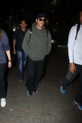 آپ کو بتادیں کہ شاہ رخ خان دبئی سے  ہندستان لوٹے ہیں۔