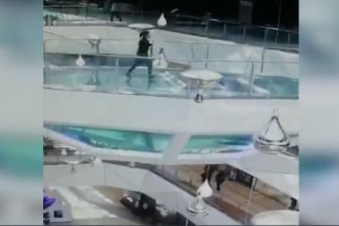 شارک ٹینک میں جا گری مال میں بھاگتی ہوئی لڑکی، وائرل ہوا خوفناک ویڈیو