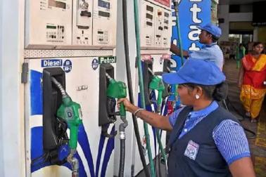 پٹرول۔ ڈیزل کی قیمتوں میں کمی کا سلسلہ جاری، جانیں آج کیا ہے نئی قیمت