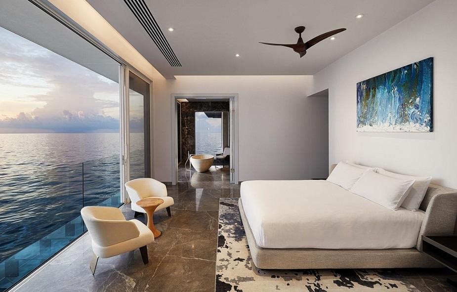 اس شاندار ہوٹل میں بیڈروم، لیونگ اسپیس اور بادروم سبھی کچھ ہے۔شیشے کی دیواروں سے مہمان مچھلیوں اور دیگر سمندری مخلوق کو قریب سے دیکھ سکیں گے۔