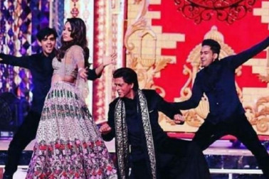 ان پہلی مرتبہ ساتھ آنے والی جوڑیوں میں سب سے پہلے نام لیتے ہیں شاہ رخ خان اور گوری خان کا ۔ رومانس کے کنگ تو اسٹیج پر پرفارم کرنے کے معاملہ میں کم نہیں ہیں ، لیکن انہیں اہلیہ کے ساتھ ڈانس کرتے پہلے کبھی نہیں دیکھا گیا ۔ ایشا امبانی کے سنگیت پروگرام پر یہ پہلی مرتبہ تھا جب کنگ خان نے اپنی اہلیہ گوری کے ساتھ پرفارم کیا ۔