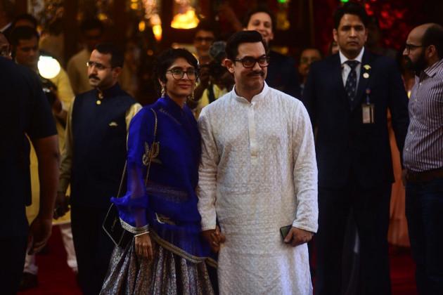 اہلیہ کرن راو کے ساتھ پہنچے عامر خان ۔