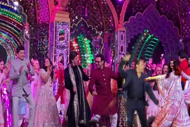 اب باری آتی ہے کنگ خان اور عامر خان کی ۔ عامر ایوارڈ والے پروگرام میں جاتے نہیں ہیں ، ایسے میں ان کے ساتھ اسٹیج پر پرفارم کرنے کا موقع کسی کو حاصل نہیں ہو پاتا ، لیکن ایشا کے سنگیت پر عامر اور شاہ رخ ایک دوسرے کے ساتھ اسٹیج پر ڈانس کرتے ہوئے نظر آئے ۔