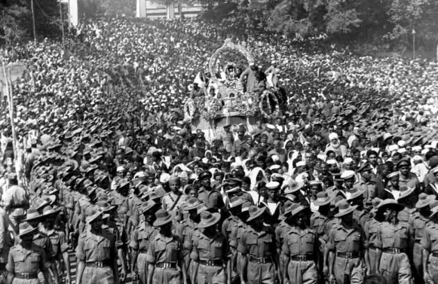 مشہورفرانسیسی فوٹوگرافرآنری کارتیے بریسوں 30 جنوری 1948 کو دہلی میں ہی تھے، جب آزادی کے محض پانچ ماہ بعد ہی مہاتما گاندھی کا گولی مارکرقتل کردیا گیا تھا۔ تاریخ کا وہ سیاہ باب آنری کارتیے بریسوں کے کیمرے میں قید ہوگیا۔ حالانکہ اس کے پہلے انہوں نے مہاتما گاندھی کی بھی کئی ساری تاریخی تصویریں لی تھیں۔چرخا چلاتے گاندھی، اخبارپڑھتے گاندھی، عوام کوخطاب کرتے گاندھی اورلاٹھی لے کرچلتے گاندھی، لیکن آج گاندھی کی برسی پردیکھئے بریسوں کی وہ تصویریں جو انہوں نے مہا تما گاندھی کے قتل کے بعد کھینچی تھیں۔ گاندھی جی کی لاش سے لے کرآخری وداعی، آخری درشن (دیدار) اورتدفین تک کی تصویریں ہیں۔گاندھی جی کو آخری وداعی دینے کے لئے جیسے پورا ملک امنڈ پڑا تھا اورسیلاب کی مانند نظرآرہا تھا۔