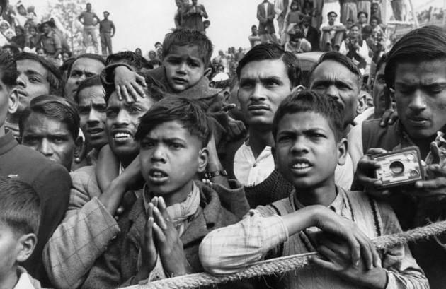 نم آنکھوں سے گاندھی جی کوآخری وداعی۔ ایسا لگ رہاتھا جیسے لاکھوں آنکھیں کہہ رہی تھیں کہ یہ کیسی آزادی آئی۔ ملک توآزاد ہوگیا، لیکن باپوکو ہم سے دورکردیا۔
