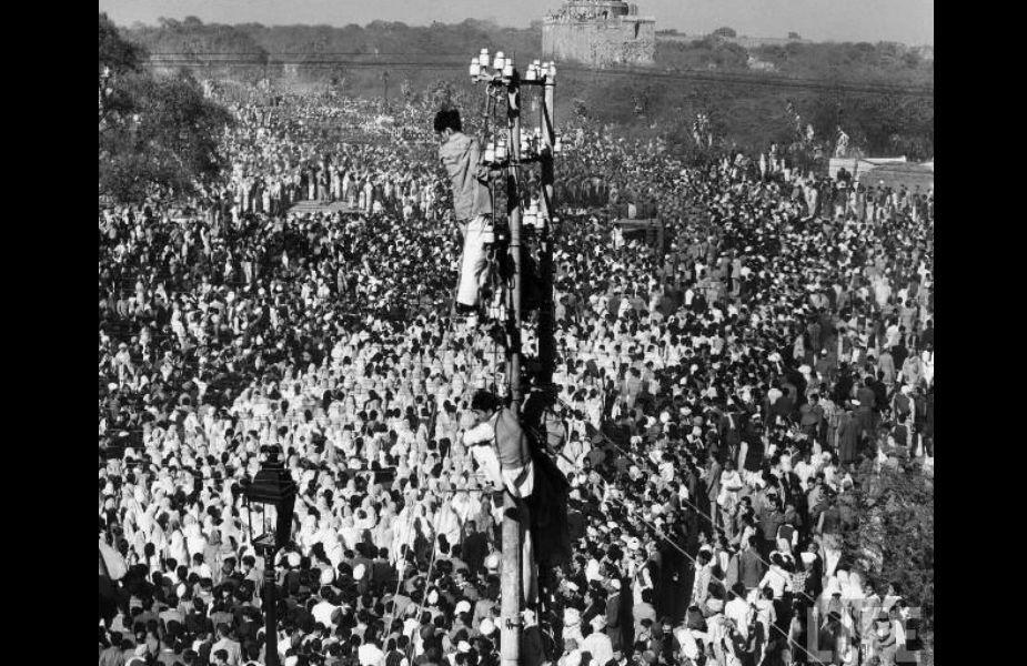 مہاتما گاندھی کی آخری وداعی میں عوامی سیلاب امنڈ آیا۔