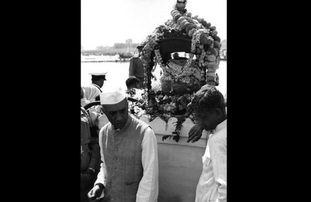 نم آنکھوں سے مہاتما گاندھی کو آخری الوداع کہتے ملک کے پہلے وزیراعظم پنڈت جواہرلال نہرو۔