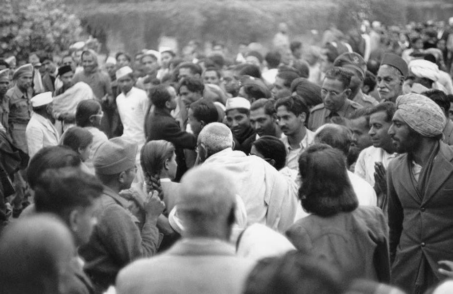 خواجہ قطب الدین بختیارکاکی درگاہ، مہرولی، دہلی میں گاندھی جی۔ ہندو مسلم فسادات کے بعد یہ گاندھی جی کا آخری عوامی پروگرام تھا۔