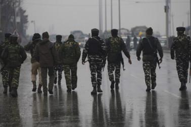 پلوامہ میں سکیورٹی فورسز اور دہشت گردوں کے درمیان تصادم جاری، فوج کے 4 جوان شہید
