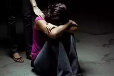 ٹرائل روم میں کپڑے چینج کرنے کے دوران لڑکی کا ریپ اور ویڈیو بھی بنایا، اہل خانہ نے گھر سے نکالا