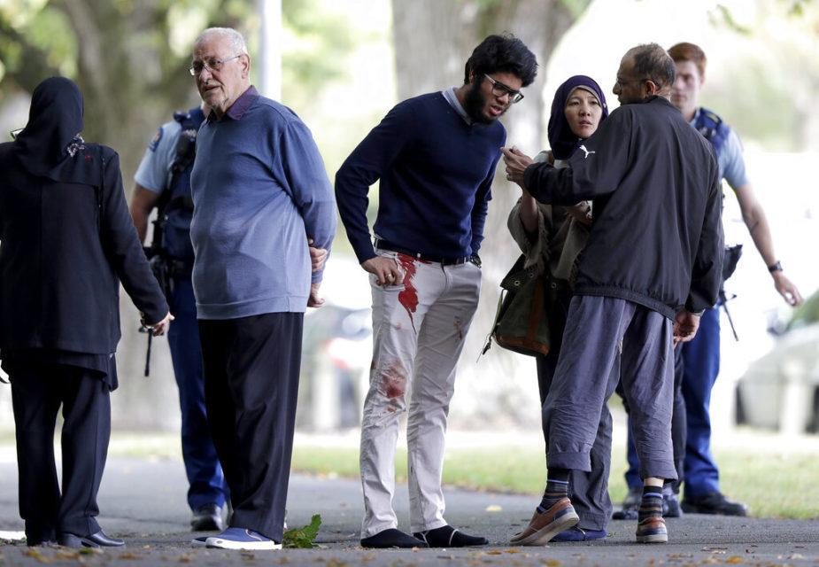 مسجد کے باہر روڈ پر کھڑے لوگ ۔ ( فوٹو :اے پی )۔