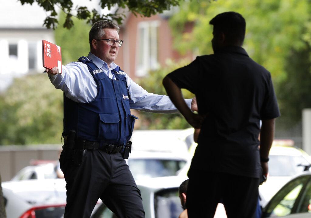 سینٹرل کرائسٹ چرچ میںمسجد کے باہر لوگوںکو ہٹاتے ہوئے پولیس اہلکار۔ ( فوٹو :اے پی )۔
