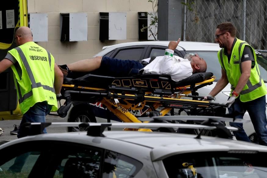 نیوزی لینڈ کے کرائسٹ چرچ کی دو مسجدوں میں گولی باری کا واقعہ پیش آیا ہے۔ اس حملے میں 27 لوگوں کی موت کی خبر ہے۔ نیوزی لینڈ کی ویب سائٹ این زیڈ ہیرالڈ نے اپنی ایک رپورٹ میں موتوں کی تعداد کی تصدیق کردی ہے۔بتایاجارہا ہے کہ حملہ آوروں نے سیاہ رنگ کے کپڑے پہنے ہوئے تھے اور سر پر ہیلمیٹ لگائے ہوئے ہیں۔ (فوٹو : اے پی)۔