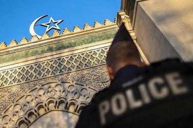 فرانس میں مسجد کے دروازہ پر خنزیر کا سر اور جانور کا خون ملا