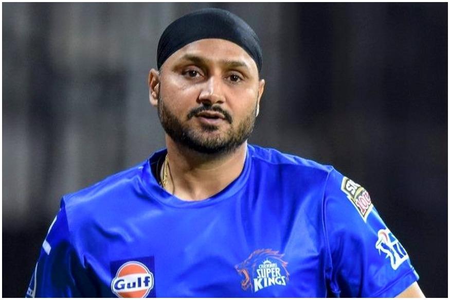 وراٹ کوہلی کا وکٹ آف اسپنر ہربھجن سنگھ کو ملا ، جن کی گیند پر بڑا شارٹ کھیلنے کی کوشش میں وراٹ نے جڈیجہ کو کیچ تھما دیا ۔ ( فوٹو : سی ایس کے ٹویٹر)۔