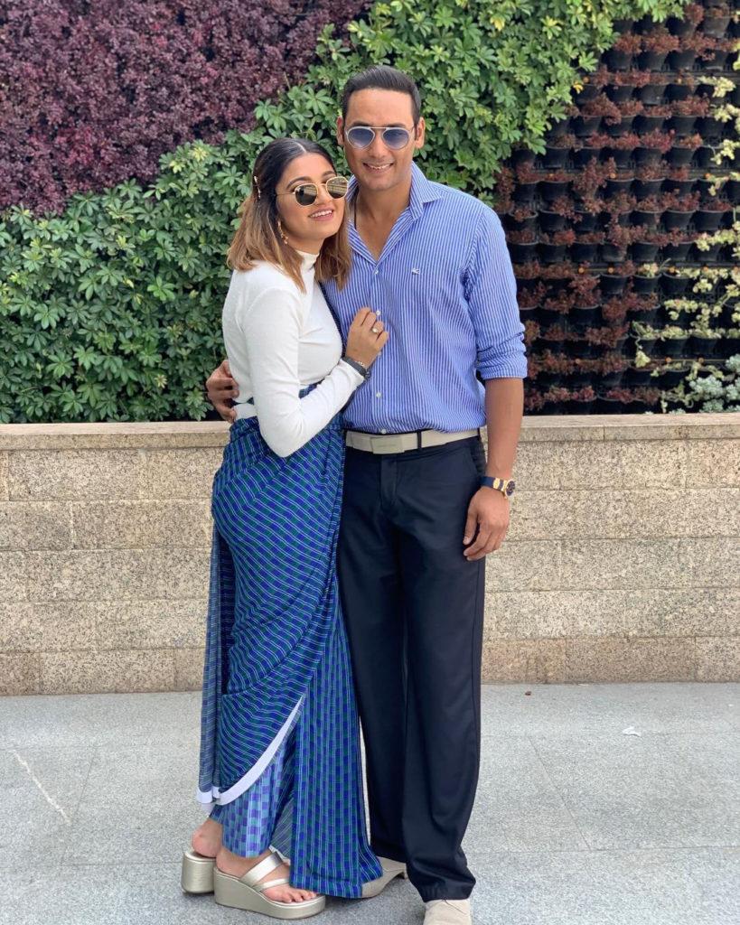 انم کی پہلی شادی اکبر رشید سے نومبر 2016 میں ہوئی تھی۔ دونوں نے طویل عرصہ تک ڈیٹنگ کے بعد شادی کی تھی۔ تاہم، مئی 2018 میں ان کے  طلاق کی خبریں آئی تھیں۔(تصویر میں اسدالدین کے ساتھ انم مرزا)۔ (تصویر: اسد انسٹاگرام)۔