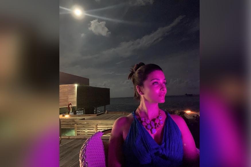 ابھیشیک بچن ایک مختصر چھٹی پر مالدیپ گئے تھے ۔ یہاں سے انہوں نے کچھ کافی خوبصورت تصاویر شیئر کی ہیں ، جن میں سے ایک ایشوریہ رائے کی ہے ۔ یہ تصویر مداحوں کو کافی پسند آئی ہے ۔ اس تصویر میں ایشوریہ کو دیکھ کر ہر کوئی ان کی تعریف کررہا ہے ۔