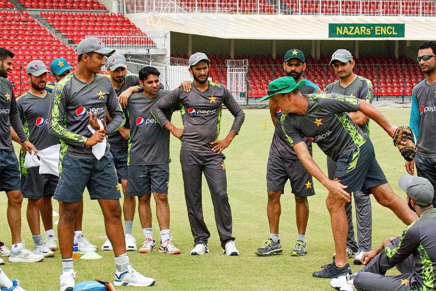 پاکستانی ٹیم کی اس ناقص کارکردگی کے بعد ٹیم انتظامیہ کے بھی کان کھڑے ہوگئے ہیں اور اب انہوں نے ورلڈ کپ سے پہلے اپنے اسکوڈ میں تین بڑی تبدیلیاں کرنے کا فیصلہ کیا ہے ۔ ( فوٹو کریڈٹ : پی سی بی ٹویٹر)۔