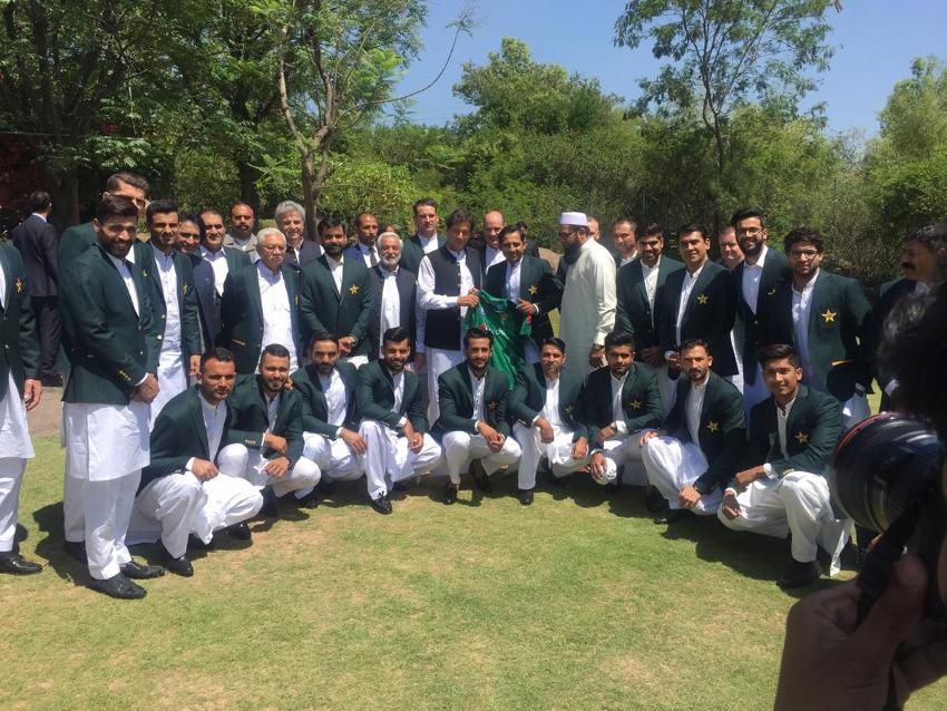 پاکستان کی ورلڈ کپ اسکواڈ سے ملاقات کےد وران وزیر اعظم عمران خان نے کھلاڑیوںکو کئی اہم مشورے بھی دئے ۔  ( فوٹو کریڈٹ :پاکستان تحریک انصاف ٹویٹر )۔