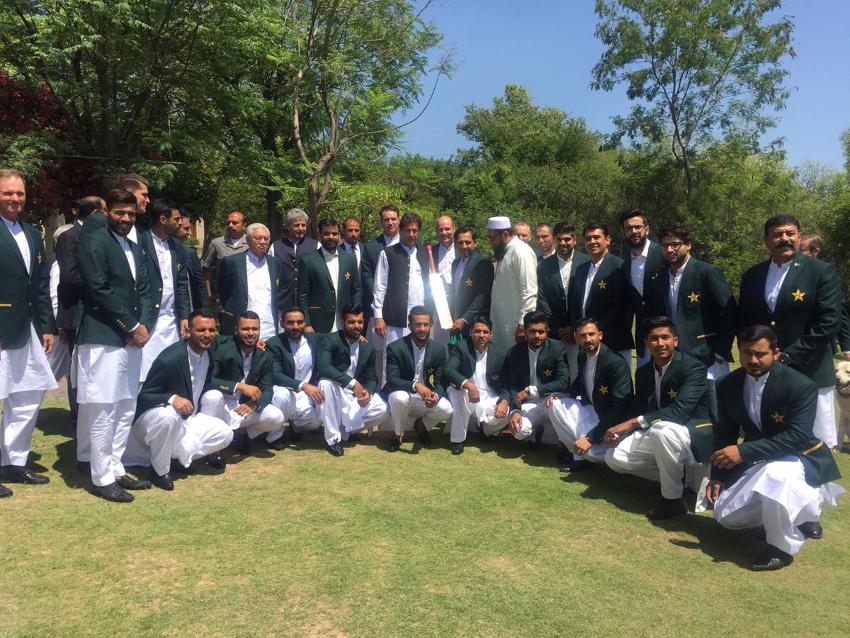 عمران خان نے ٹیم کی حوصلہ افزائی کرتے ہوئے کہا کہ چیمپئن جیت کا بھرپور جذبہ لے کر اورمکمل منصوبہ بندی کے ساتھ میدان میں اترتے ہیں اور ٹیم اسپرٹ کامیابی کے حصول میں کلیدی کردار ادا کرتی ہے۔( فوٹو کریڈٹ :پاکستان تحریک انصاف ٹویٹر )۔
