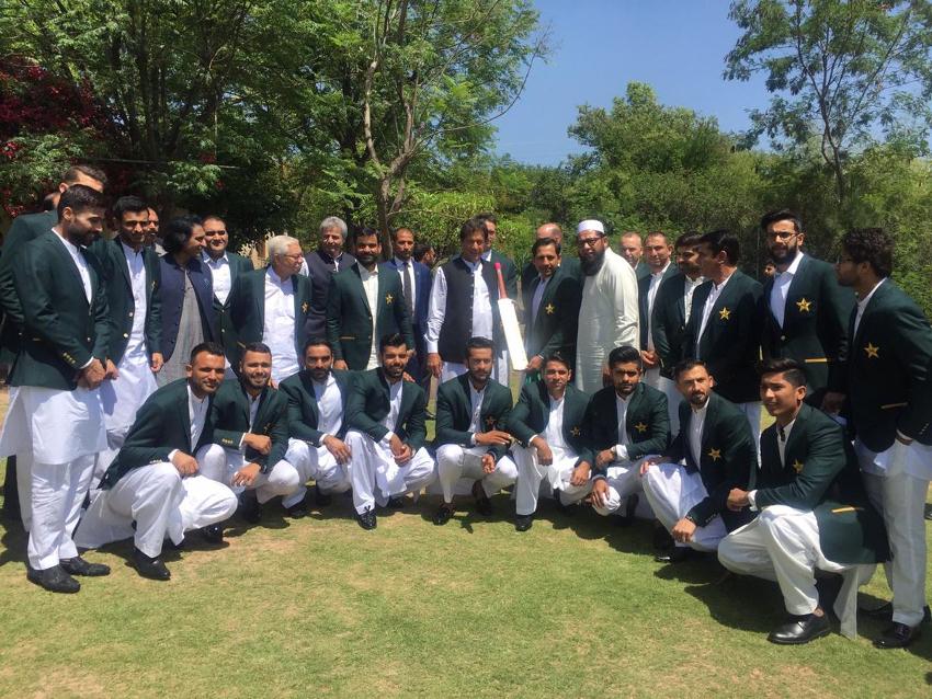 وزیر اعظم نے پاکستانی ٹیم کے کپتان سرفراز احمد کو بھی ایک خاص نصیحت کی ۔ انہوں نے کہا کہ ٹیم کے کپتان کو فرنٹ سے لیڈ کرنا کرنا چاہئے۔ اگر لیڈر دلیری سے کھیلے گا تو پوری ٹیم بھی دلیر ہوگی۔( فوٹو کریڈٹ :پاکستان تحریک انصاف ٹویٹر )۔
