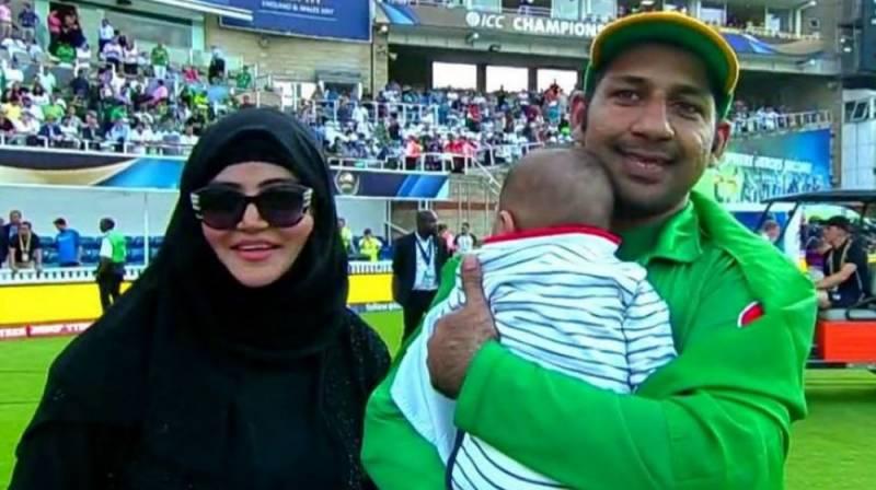 غیر ملکی دورں پر پاکستانی ٹیم کے کھلاڑی اپنے اہل خانہ کے ہمراہ سفر کرتے ہیں تاہم اب ایسا نہیں ہوگا اور ورلڈ کپ کھیلنے کے لیے انگلینڈ روانہ ہونے والے کھلاڑی اپنے اہل خانہ کو ساتھ نہیں لے جاسکیں گے۔( فائل فوٹو ۔ انٹرنیٹ)۔