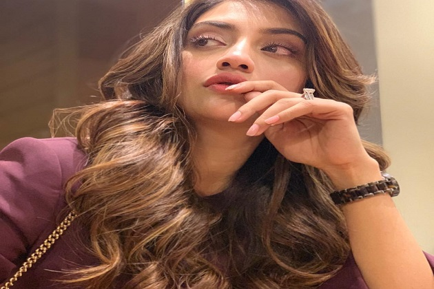 سیاست میں آنے سے پہلے نصرت نے ماڈلنگ اور ایکٹنگ میں اپنا سکہ جمایا۔ آٹھ جنوری انیس سو نوے کو کولکاتہ میں پیدا ہوئیں نصرت بنگالی فلم صنعت کی سب سے خوبصورت اداکاراؤں میں سے ایک مانی جاتی ہیں۔