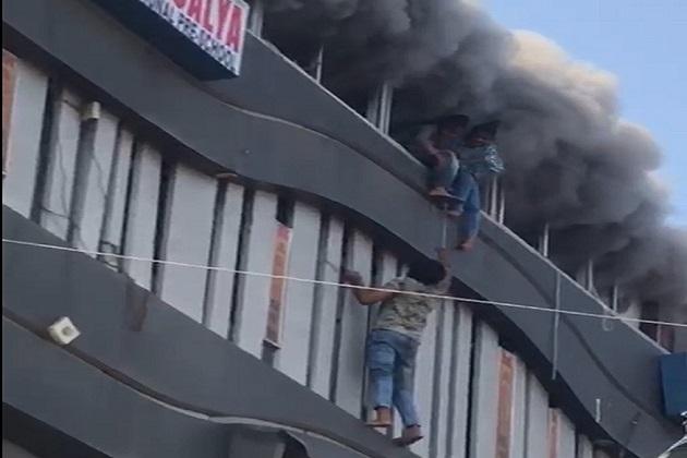 کیتن نے کہا کہ میں نے دیکھا کہ کچھ بچے اپنی جان بچانے کے لئے اوپر سے کود رہے ہیں۔ ایسے میں میں بھاگ کر دوسری منزل پر گیا اور دو بچوں کو بچانے میں کامیاب رہا۔