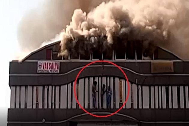 اس واقعہ کا ایک ویڈیو بھی وائرل ہو رہا ہے جس میں صاف نظر آ رہا ہے کہ کئی طلبہ نے گھبراہٹ میں بلڈنگ سے چھلانگ لگا دی۔
