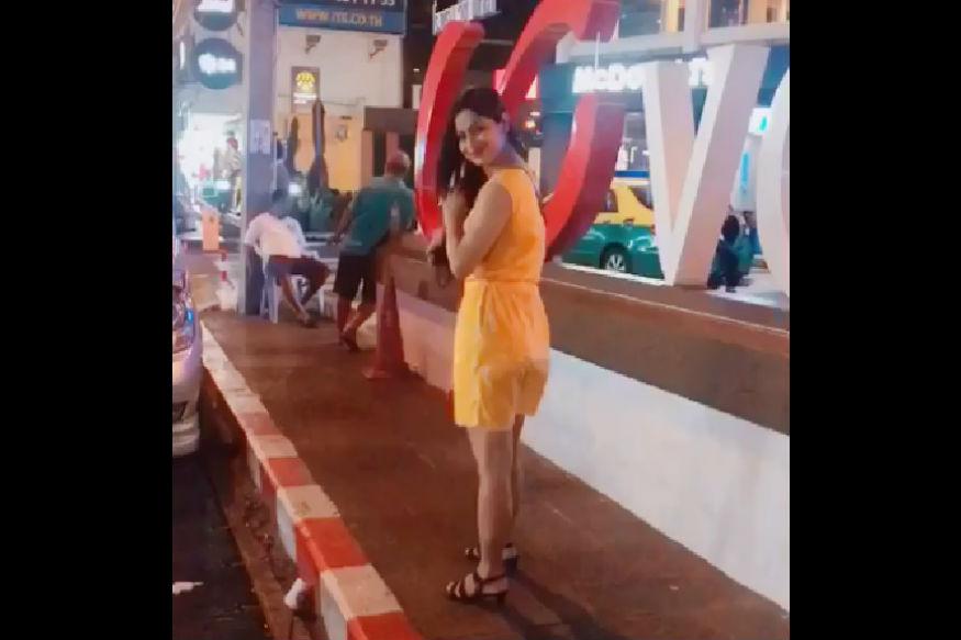 لوک سبھا انتخابات کے چوتھے مرحلے کے بعد سوشل میڈیا پر پیلی ساڑی پہنی ایک افسر کی تصویروںکو لوگ کافی شیئر کررہے ہیں ۔