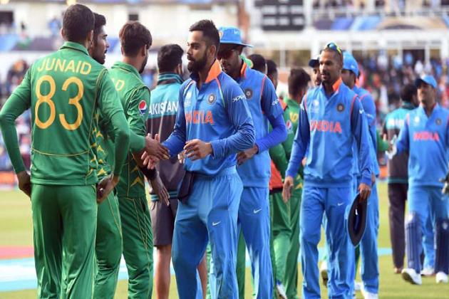 آئی سی سی کرکٹ ورلڈ کپ میں سب سے زیادہ انتظار ہندوستان اور پاکستان کے درمیان میچ کا ہے ۔ دونوں روایتی حریفوں کے آمنے سامنے آتے ہی کرکٹ کی حرارت ساتویں آسمان تک پہنچ جاتی ہے ۔ سرحدوں پر کشیدگی کےد وران ورلڈ کپ میں 16 جون کو ہندوستان اور پاکستان آمنے سامنے ہوں گے۔ فوٹو : بی سی سی آئی ۔