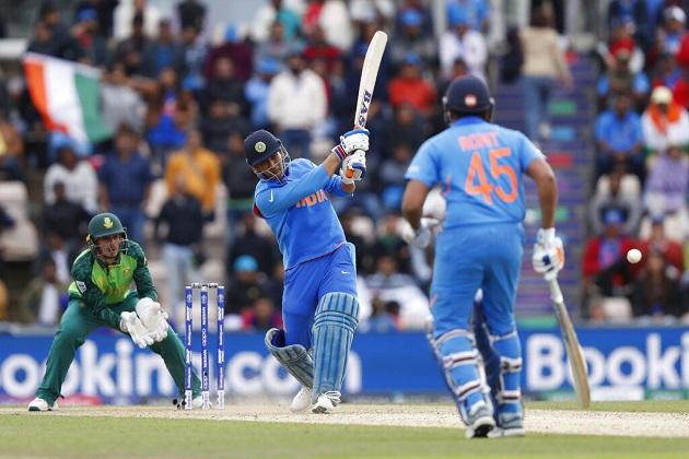 ہندوستانی ٹیم نے عالمی کپ میں کھیلے اپنے پہلے میچ میں جنوبی افریقہ کو 6 وکٹوں سے شکست دے دی ہے۔ (فوٹو کریڈٹ: اے پی)۔