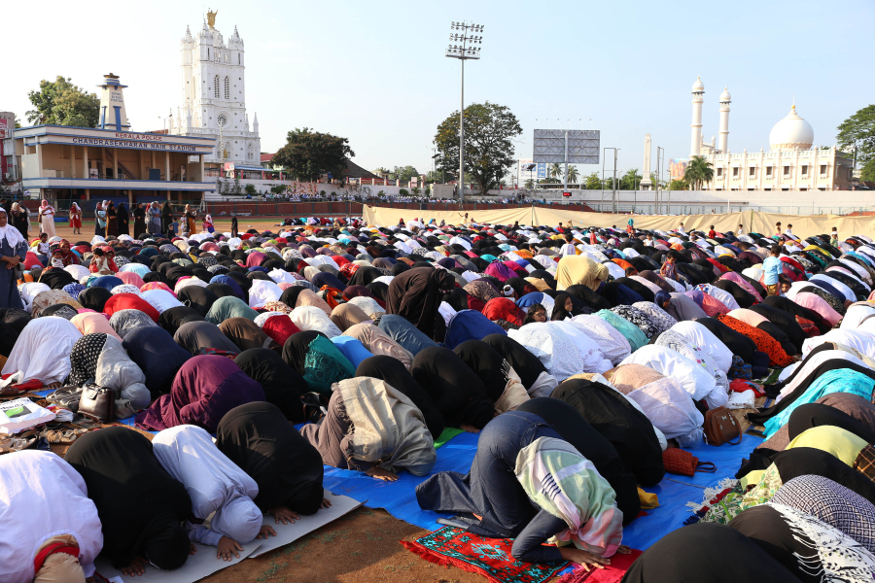 یہ تصویر تھرواننت پورم کی ہے ، جہاں مسلمان عید الفطر کی نماز ادا کررہے ہیں ۔
