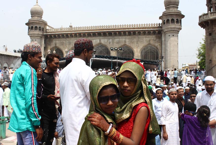 حیدرآباد کی مکہ مسجد میں عید کی نماز کے بعد بچے گلے ملتے ہوئے ۔ فوٹو کریڈٹ : سبھی تصاویر یو این آئی کی ہیں ۔