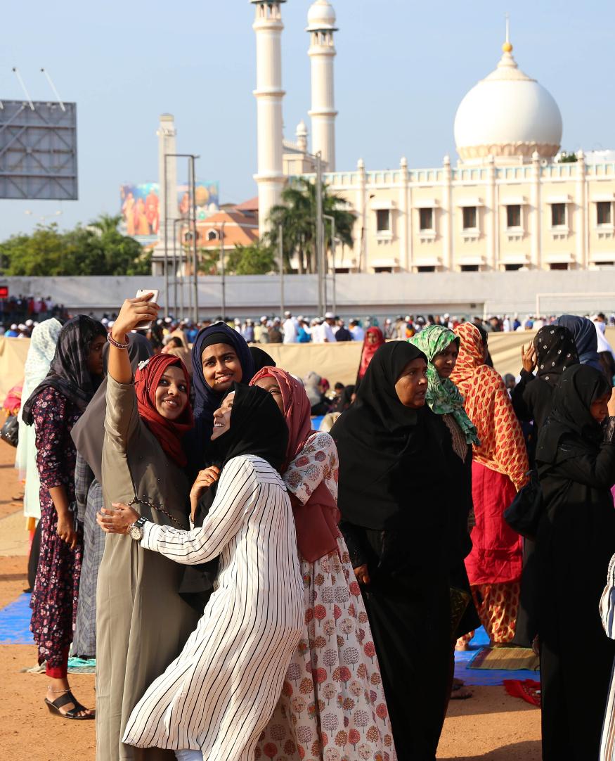 دہلی کی جامع مسجد میں صبح شاہی امام سید احمد بخاری نے عیدا کی نمازادا کرائی۔ راجدھانی میں فتح پوری مسجد، شاہی عیدگاہ، جامعہ ملیہ اسلامیہ، کشمیری گیٹ، اجمیری گیٹ مساجد وغیرہ میں عید کی نمازادا کی گئی۔ یہ تصویر تھرواننت پورم کی ہے ۔