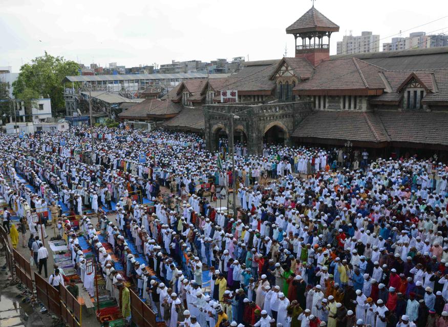 ممبئی میں فرزندان توحید عید الفطر کی نماز ادا کرتے ہوئے ۔