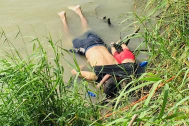 باپ۔ بیٹی کی دردناک تصویر پر دنیا بھر میں ہنگامہ، جانیں کیوں