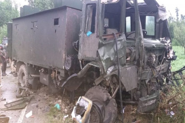 جموں و کشمیر : پلوامہ میں فوج کے قافلے پر آئی ای ڈی حملہ ، 6 جوان اور دو شہری زخمی ، ایک ملی ٹینٹ بھی ڈھیر