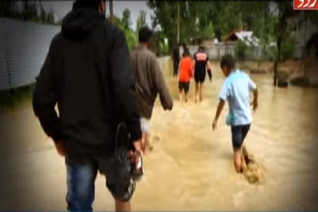 ویڈیو: کشمیرمیں موسلادھار بارشوں اور تیز ہواؤں سے بے تحاشا جانی و مالی نقصان، دو خواتین سیمت تین کی موت، فصلیں تباہ