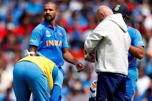 آئی سی سی کرکٹ ورلڈ کپ 2019 میں ٹیم انڈیا کو بڑا جھٹکا لگا ہے ۔ پی ٹی آئی کی خبر کے مطابق ہندوستان کے سلامی بلے باز شیکھر دھون چوٹ کی وجہ سے اس میگا ایونٹ سے باہر ہوگئے ہیں ۔ دھون کو آسٹریلیا کے خلاف میچ میں پیٹ کمنس کی گیند پر انگوٹھے میں چوٹ لگ گئی تھی ۔