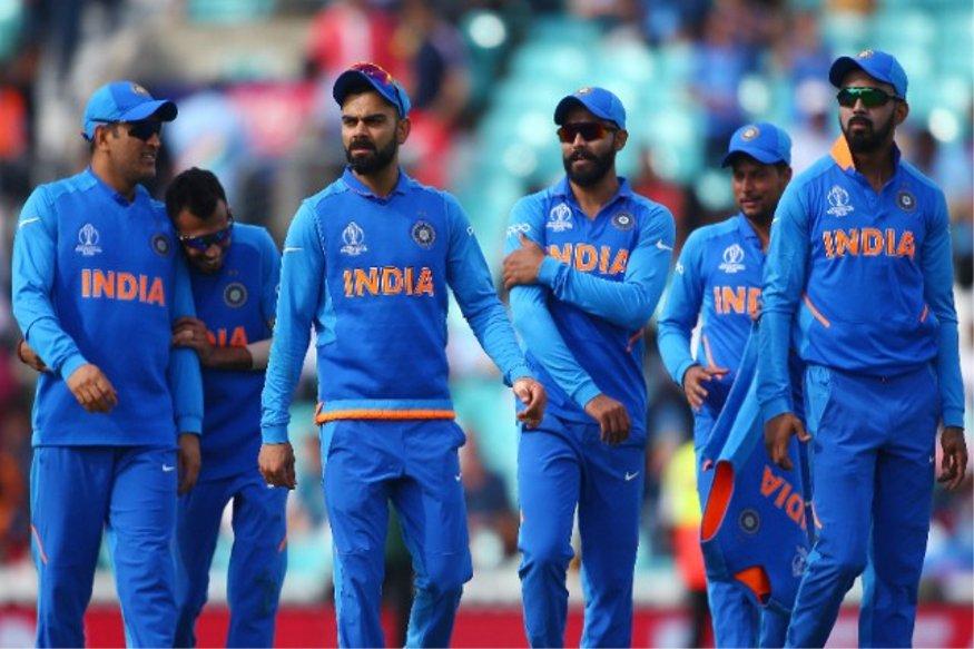 ٹیم انڈیا کا جب بھی آپ تصورکرتے ہیں تو وہ نیلی جرسی میں نظرآتی ہوگی۔ لیکن اگرخبروں کی مانیں تووراٹ کوہلی کی ٹیم جلد ہی بھگوا رنگ کی جرسی میں نظرآسکتی ہے۔ (تصویر: بی سی سی آئی)۔