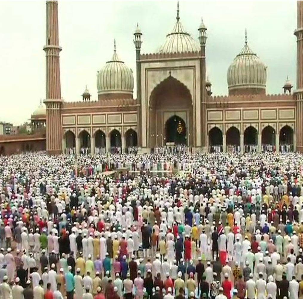 دہلی میں ہزاروں لوگوں نے جامع مسجد کے سامنے عیدالاضحیٰ کی نمازادا کی۔ اس دوران جامع مسجد کی رونق دیکھتے ہی بن رہی تھی۔ تصویر: اے این آئی