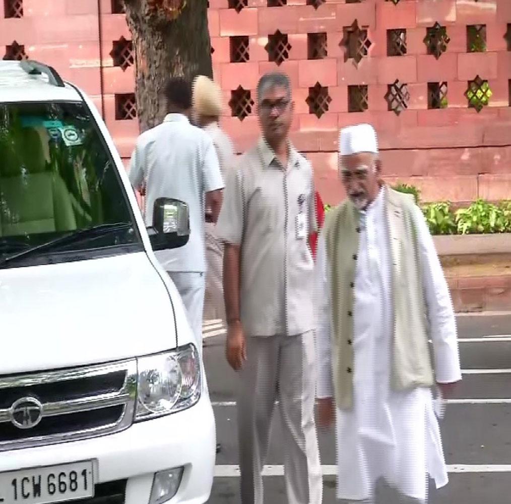 دہلی میں سابق نائب صدرجمہوریہ حامد انصاری عیدالاضحیٰ کے موقع پر نماز ادا کرنے کے لئے سنسد مارگ پرواقع جامع مسجد پہنچے۔ تصویر: اے این آئی