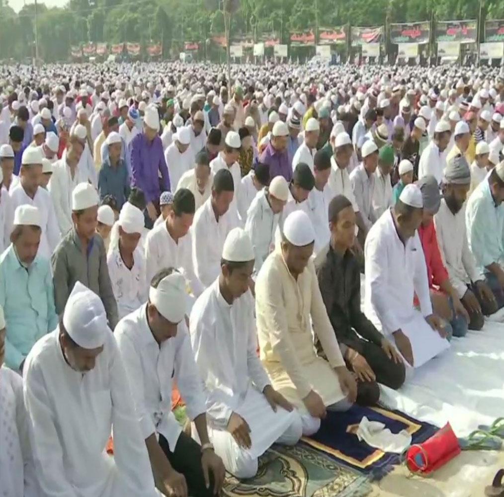 بہار کی راجدھانی پٹنہ میں ہزاروں لوگوں نے ایک ساتھ نماز ادا کی۔ تصویر: اے این آئی