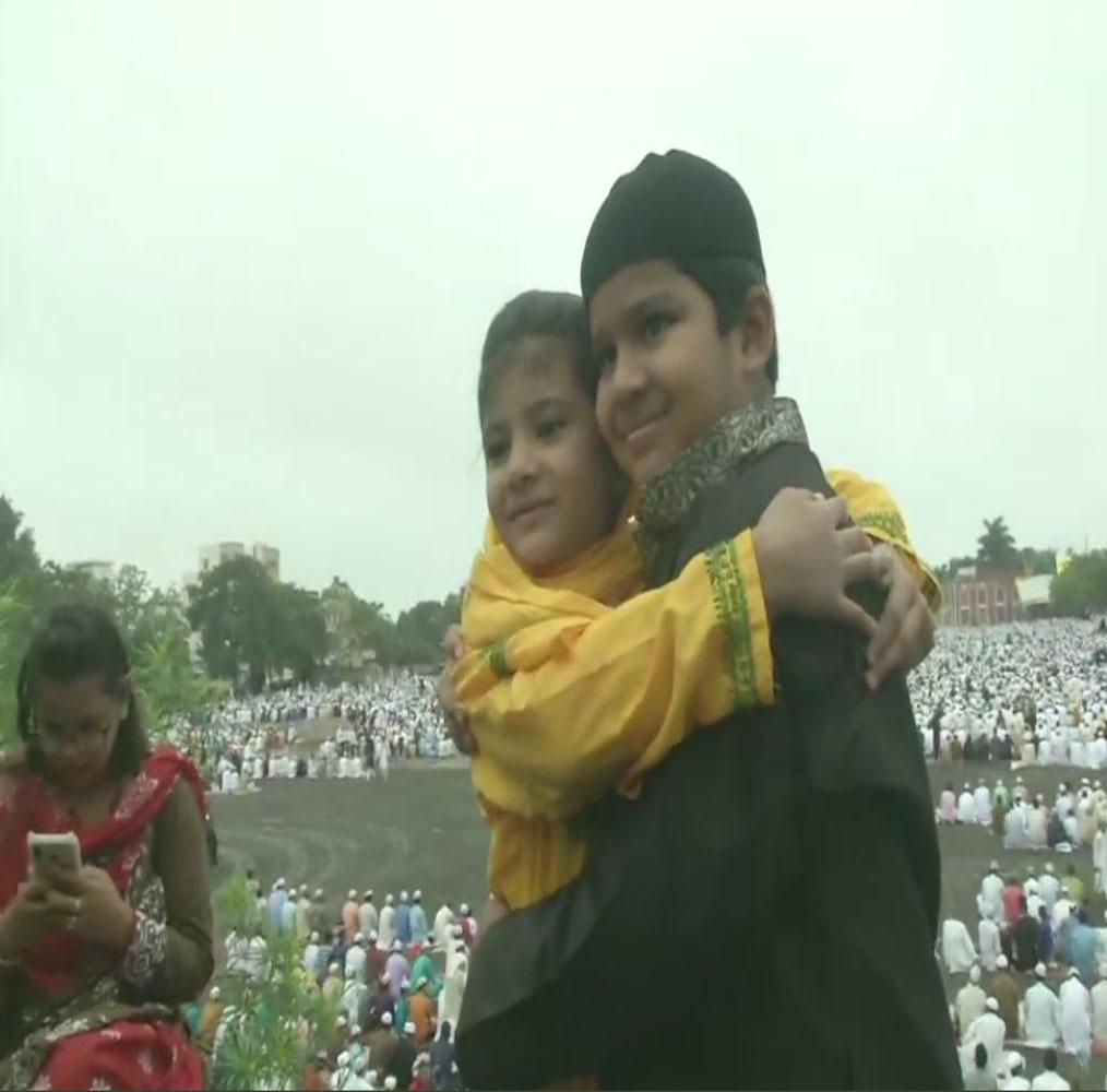 مدھیہ پردیش میں بھی لوگوں نے عیدالاضحیٰ کی نماز بھوپال کی عید گاہ مسجد میں ادا کی۔ تصویر: اے این آئی