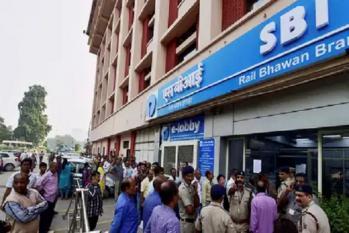 ایس بی آئی سمیت ان 3 بینکوں کے کسٹمرس کے اکاؤنٹ میں آئے 25۔25 ہزار روپئے، لگی لمبی قطاریں