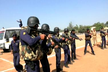 طرح طرح کی بندوقیں ، ہتھیار اور پولیس محکمہ میں کام کرنے والے الگ الگ شعبوں کے بارے میں معلومات دی گئیں ۔