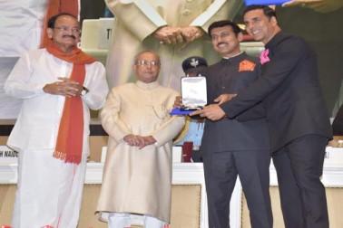 صدر پرنب مکھرجی نے آج معروف فلم ہدایتکار کے وشوناتھ کو دادا صاحب پھالکے ایوارڈ اور ہندی فلموں کے معروف اداکار اکشے کمار کو بہترین اداکار اور سُربھی لکشمی کو بہترین اداکارہ کے قومی فلم ایوارڈ سے نوازا گیا۔