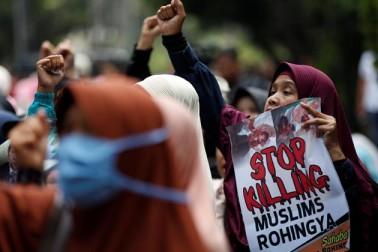 انڈونیشیا کے جکارتہ میں لوگ روہنگیا مسلمانوں کے قتل عام کو بند کرنے کا مطالبہ کرتے ہوئے ۔